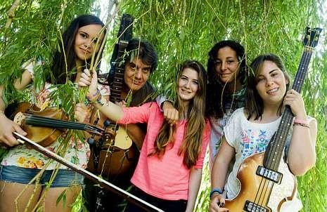 En la fotografía, las integrantes del grupo con el profesor Crisanto Gándara.