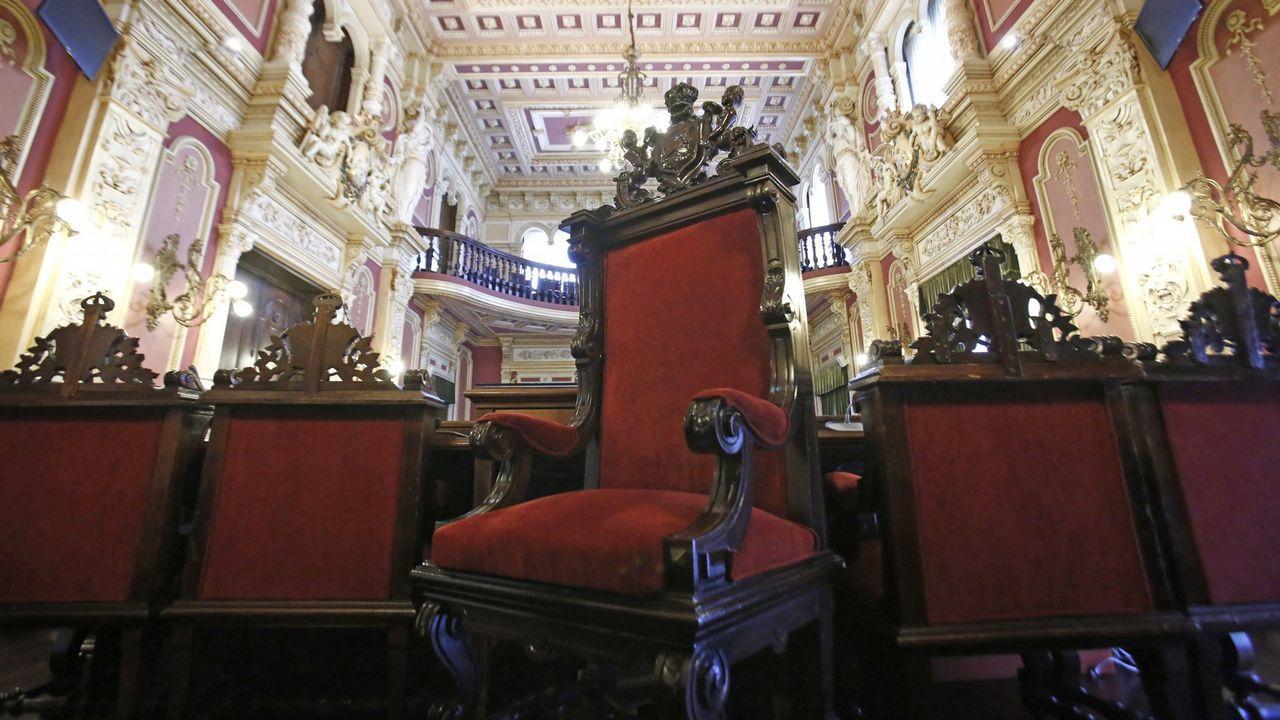 Sillón del alcalde en el salón de plenos del Concello de Ourense