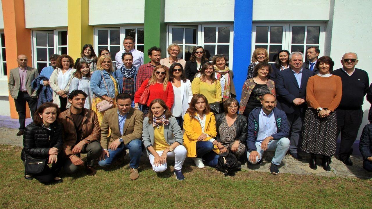 Todas las imágenes de la selectividad en Galicia.Los equipos directivos de los 27 CRA gallegos acudieron al encuentro, en el que hubo foto de familia con los conselleiros de Educación y Medio Rural