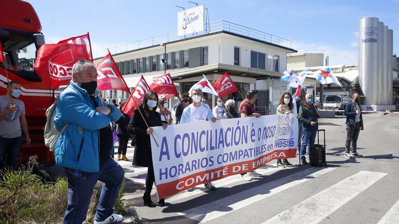 Concentración do comité de empresa de Nestlé en Pontecesures.El PP de Narón analizó los presupuestos en una reunión