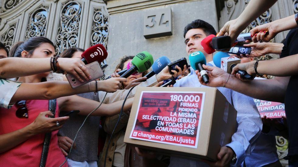 Entrega de firmas ante el Ministerio de Educación para pedir la selectividad única en España en junio del año pasado