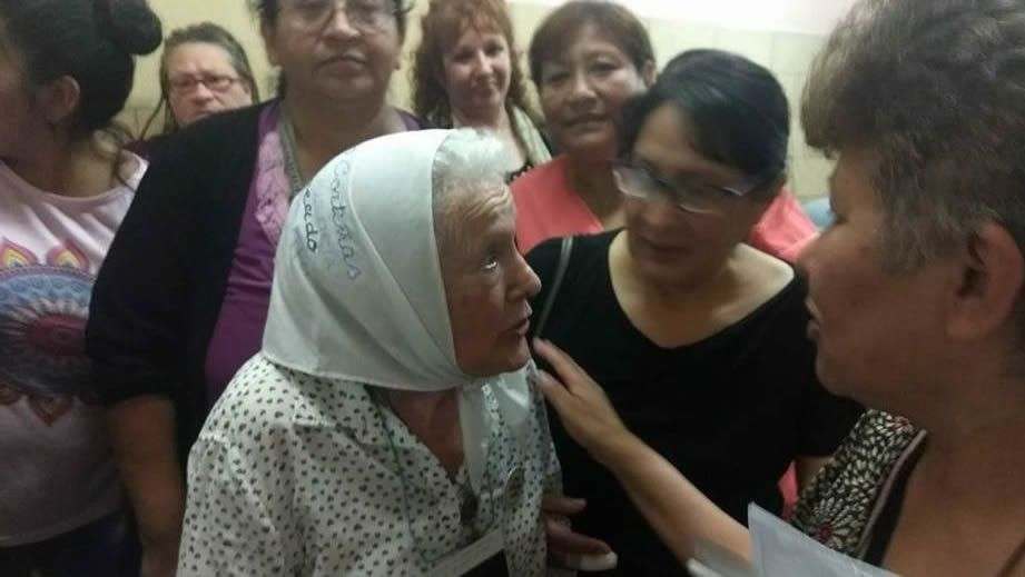 Nora Morales de Cortiñas (con pañuelo), activista de las Madres de Plaza de Mayo, se casó con un hijo de gallegos y, por tanto, es usuaria del centro sanitario; recorrió las instalaciones de la clínica y denunció el mal estado de la estructura y el mobiliario