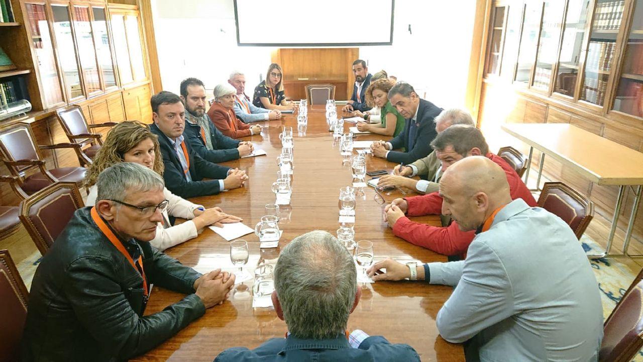 Los camioneros decidieron este martes continuar el encierro en el Ayuntamiento de Ferrol de forma indefinida.