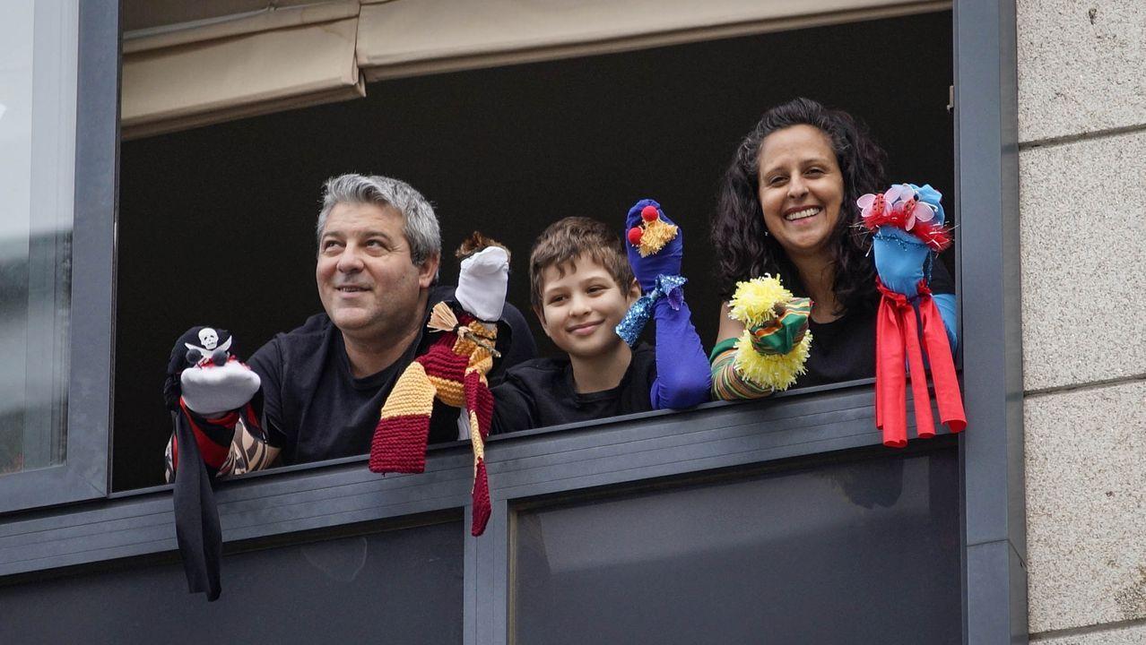 Vecinos de la calle Goya y Ensino de Ourense celebraban una divertida reunión cada tarde en sus ventanas desde que comenzó el confinamiento