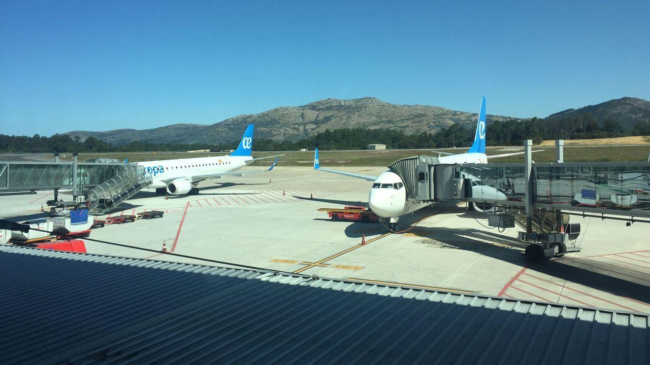 Temor a un aumento del paro en Canarias por la quiebra de Thomas Cook.Un avión despegando del aeropuerto de Alvedro