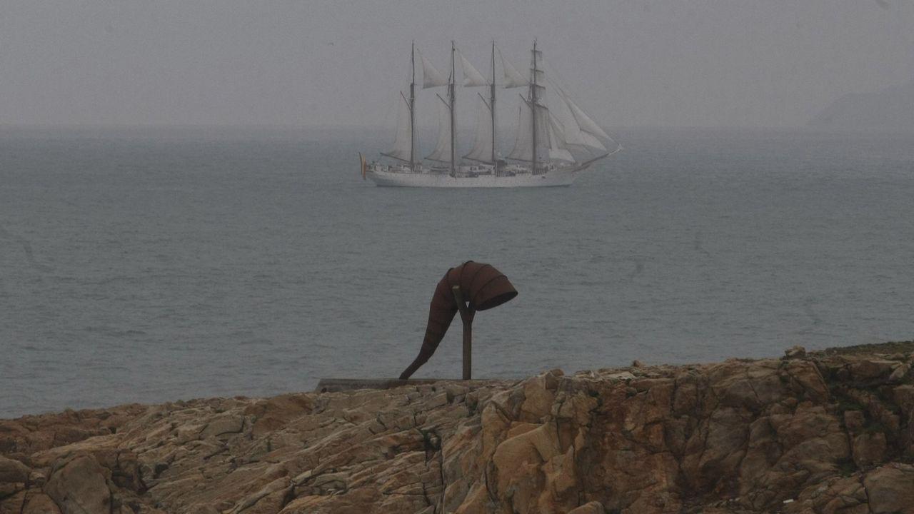 La AC-12 comienza a perder carriles por las obras en el cruce del Sol y Mar.El Juan Sebastian Elcano saliendo de A Coruña.