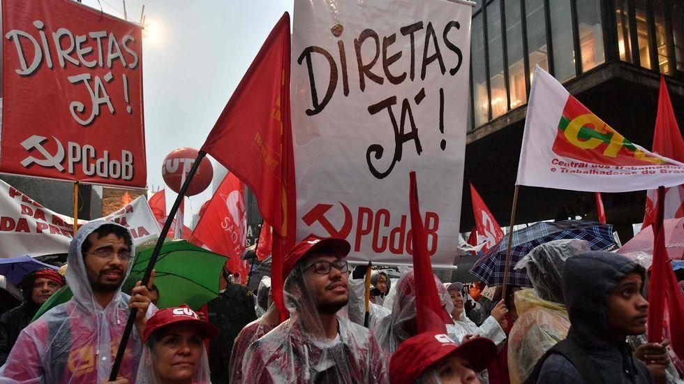 Un grupo de manifestantes celebra la condena a Lula da Silva