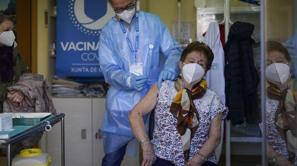 Inicio de la vacunación, ayer por la mañana, en el centro de salud Fontela Maristany de Ferrol