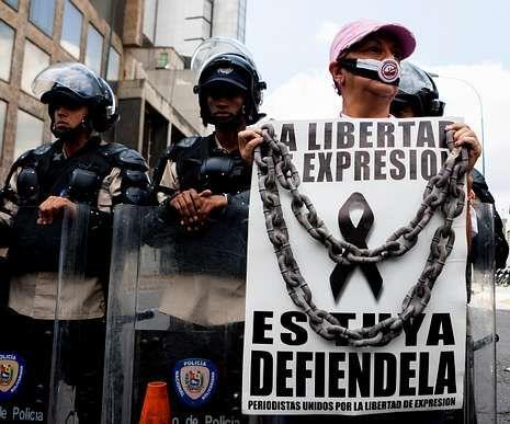 Una manifestante ayer en Caracas.