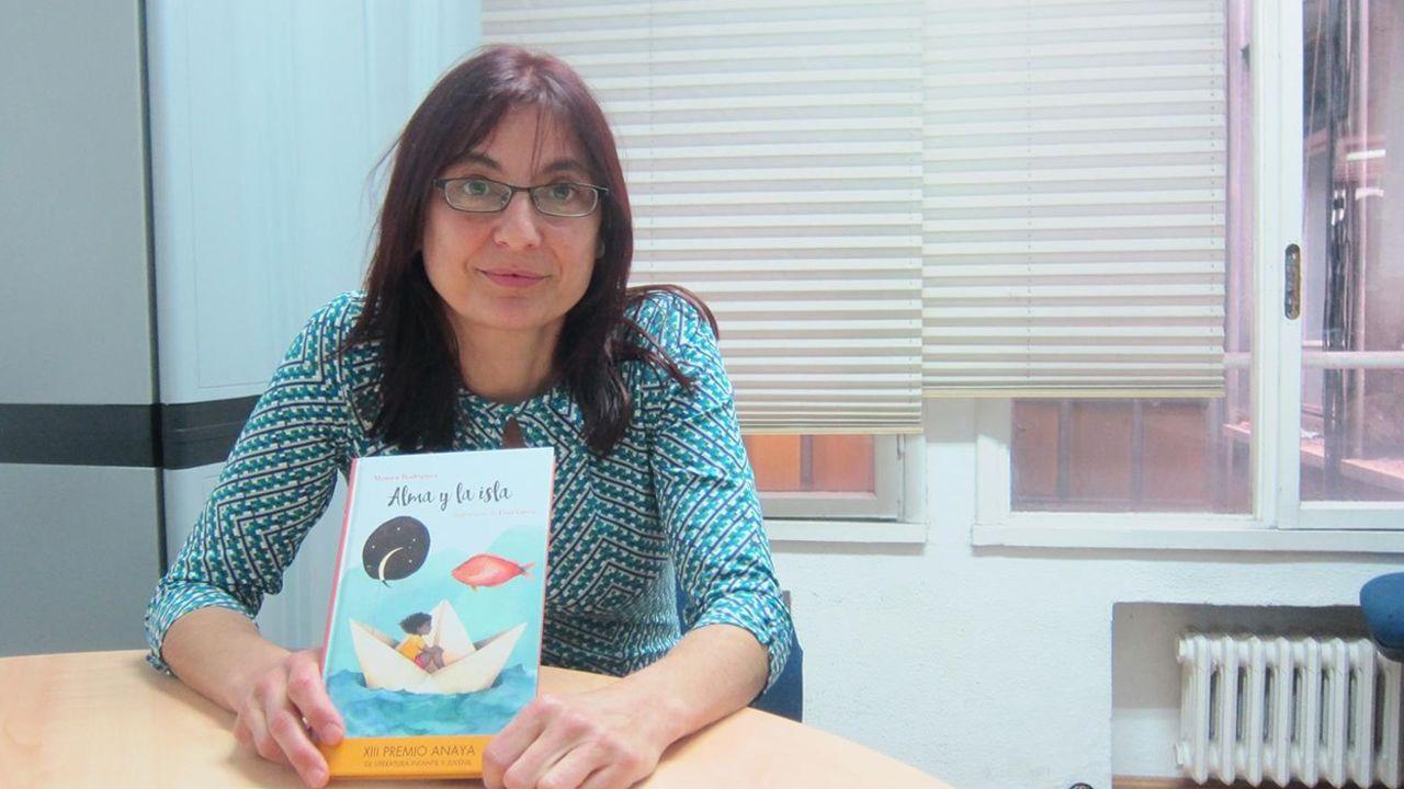 Así fue la puesta de largo de «Baio ten a pelota»: ¡mira las imágenes!.Mónica Rodríguez con uno de sus libros, «Alma y la isla»