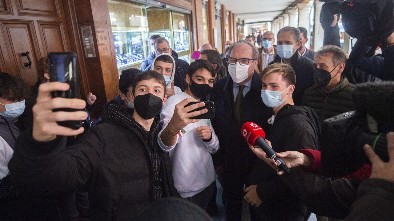 El candidato socialista, Ángel Gabilondo, se hace un selfi con unos jóvenes simpatizantes durante una visita, este jueves, a Alcalá de Henares
