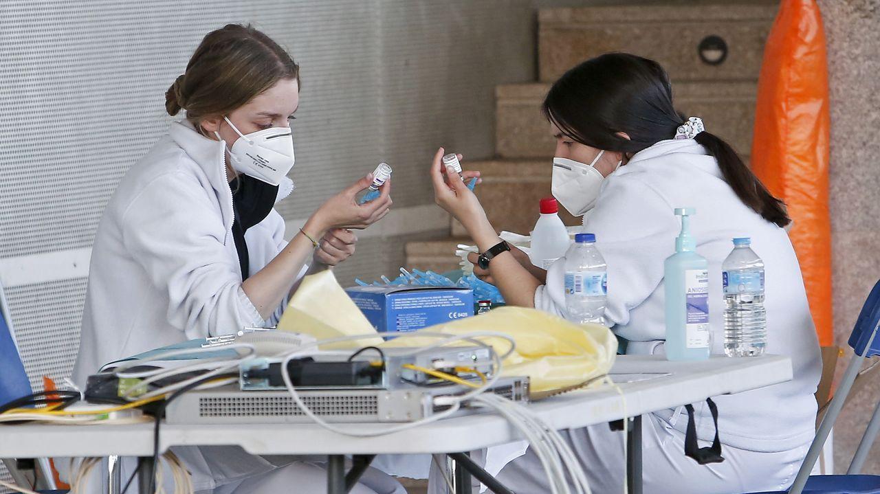 Dos trabajadoras sanitarias preparan dosis de AstraZeneca para su administración en el Pazo de Congresos de Pontevedra