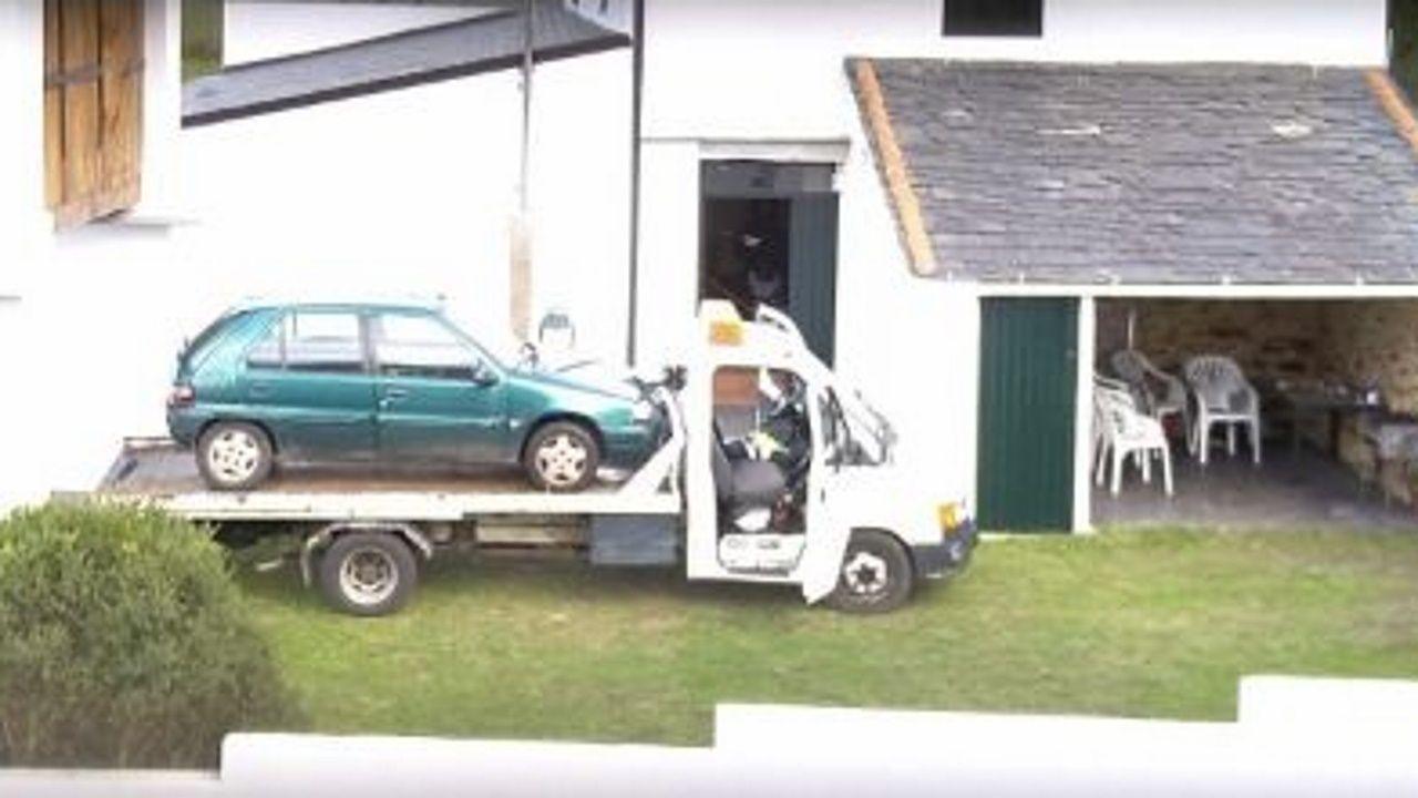 En la imagen, en el exterior de la casa de Ribadeo donde se desarrolló la operación, el coche en el que estaba previsto ocultar la droga y la grúa donde viajaría hasta Vilagarcía