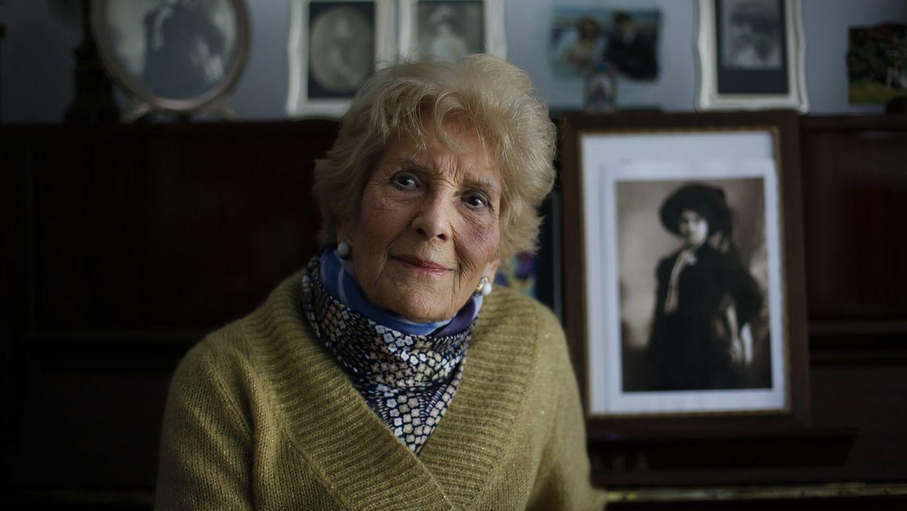 Un centenar de personas asistió a la convocatoria, que también arrastró a algún curioso.Luz Pozo, xunto a un retrato da súa nai, na súa casa da Coruña en abril do 2017
