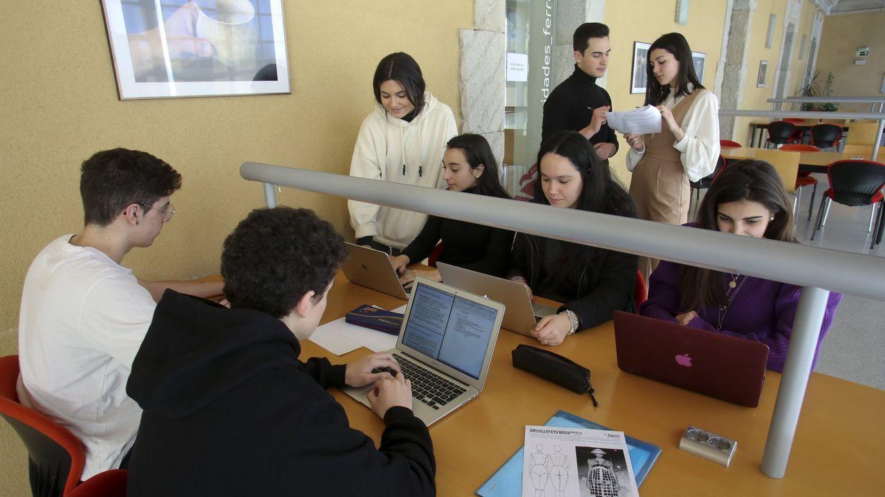 Sara Rivas, usuaria de Apamp, e Iria Medraño, participan en el poemario cantado de ésta última.En laimagen de archivo, alumnos del grado de Xestión Industrial da Moda, que se imparte en Ferrol