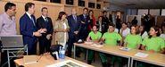 Feijoo y Mato, conselleira de Traballo, los alcaldes de Cervo, Xove y Burela entre otros, junto a los alumnos del obradoiro.