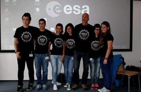 Los alumnos de Rois posan con el astronauta italiano, que vistió la camiseta del equipo de robótica.