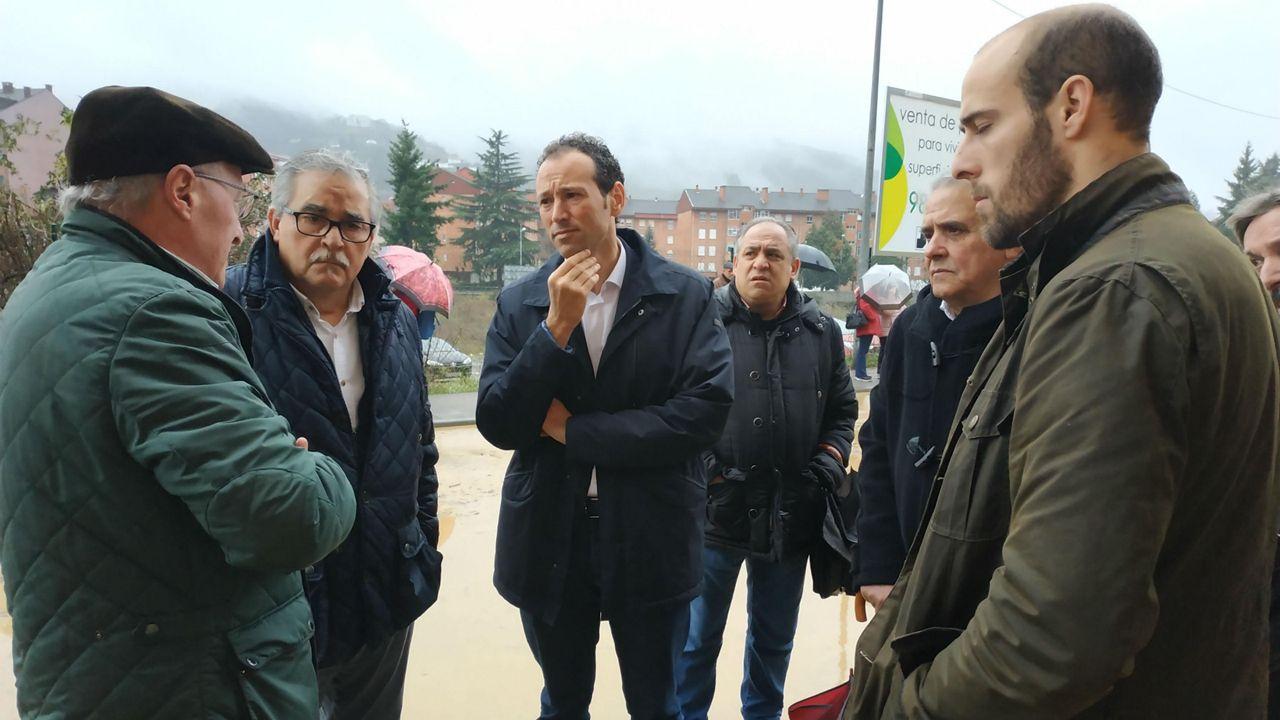 El consejero de Presidencia y Participación Ciudadana, Guillermo Martínez, visita la zona del edificio de Oñón, en Mieres, para comprobar los efectos del temporal