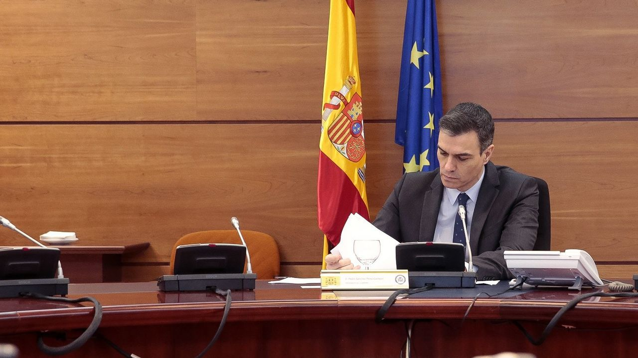 Pedro Sánchez prepara el Consejo de Minsitros telemático celebrado el pasado martes