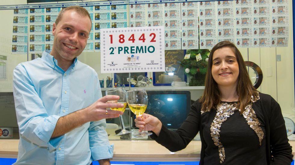 Un detenido en Galicia en una operación contra la pornografía infantil.El responsable de la administración de loterías número 4 La Regenta Paredes-Siero), Sergio Díez acompañado de su esposa