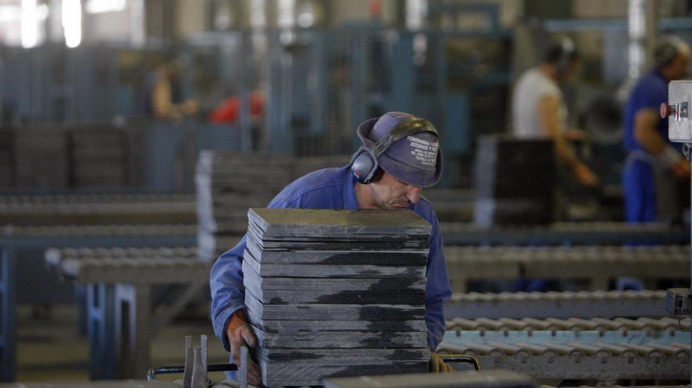 Alberto Castro, o ferreiro artesán de Vilamartín de Valdeorras..El acceso al campo de fútbol y la zona escolar está cortado al tráfico desde primera hora de la tarde