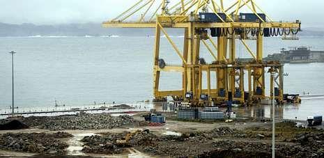 En la fotografía, tomada ayer por la tarde, una vista de la terminal de contenedores de TCL en el puerto exterior de Ferrol.