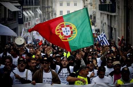 <span lang= es-es >En pie de guerra</span>. A lo largo de estos tres años, los portugueses no han dejado de clamar en las calles contra la dictadura de la austeridad impuesta por los hombres de negro.