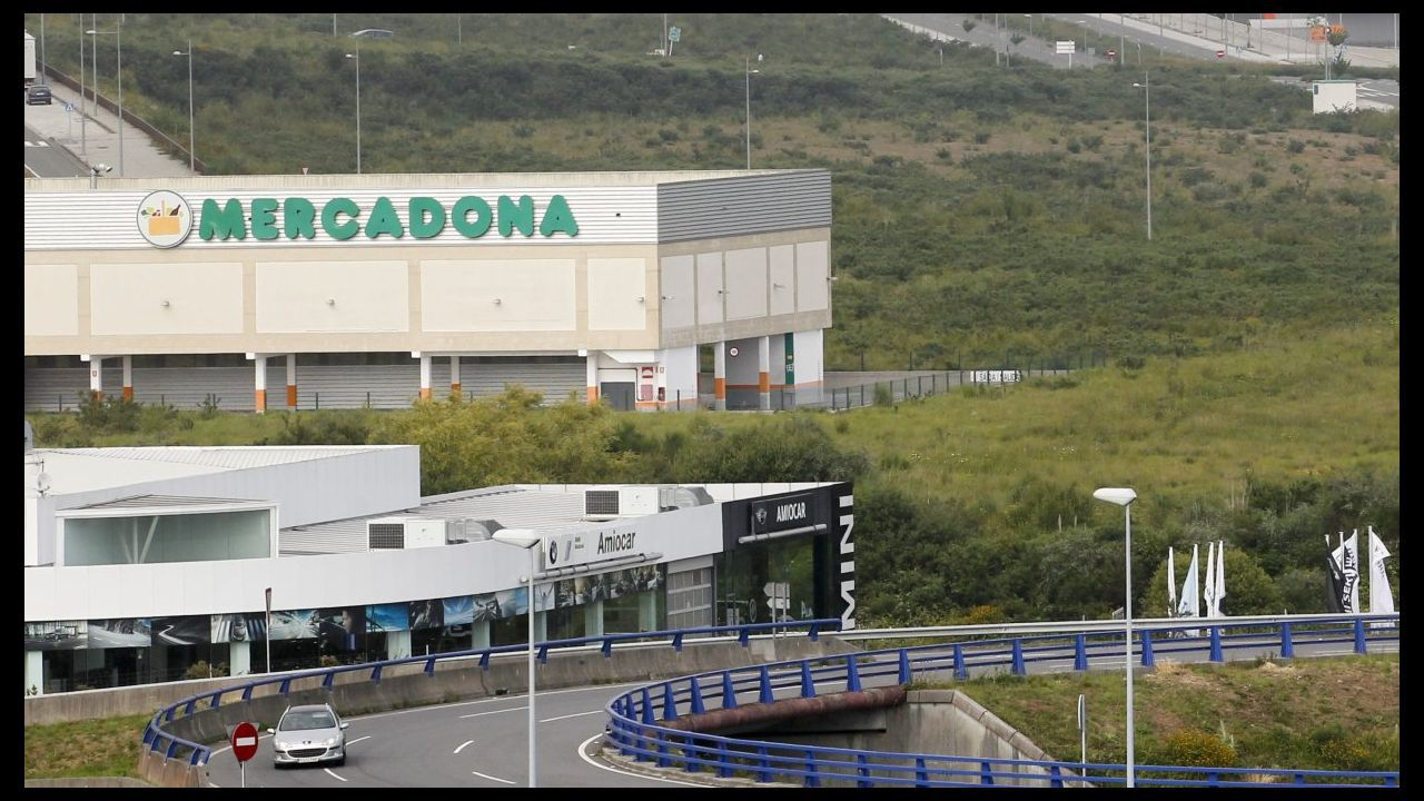 Profand.Firma del acuerdo entre Alimerka, El Corte Inglés, MasyMas y Mercadona y la Cámara de Comercio para impulsar el comercio en Oviedo