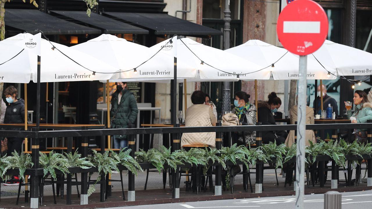 Clientes en la terraza de un bar de Bilbao