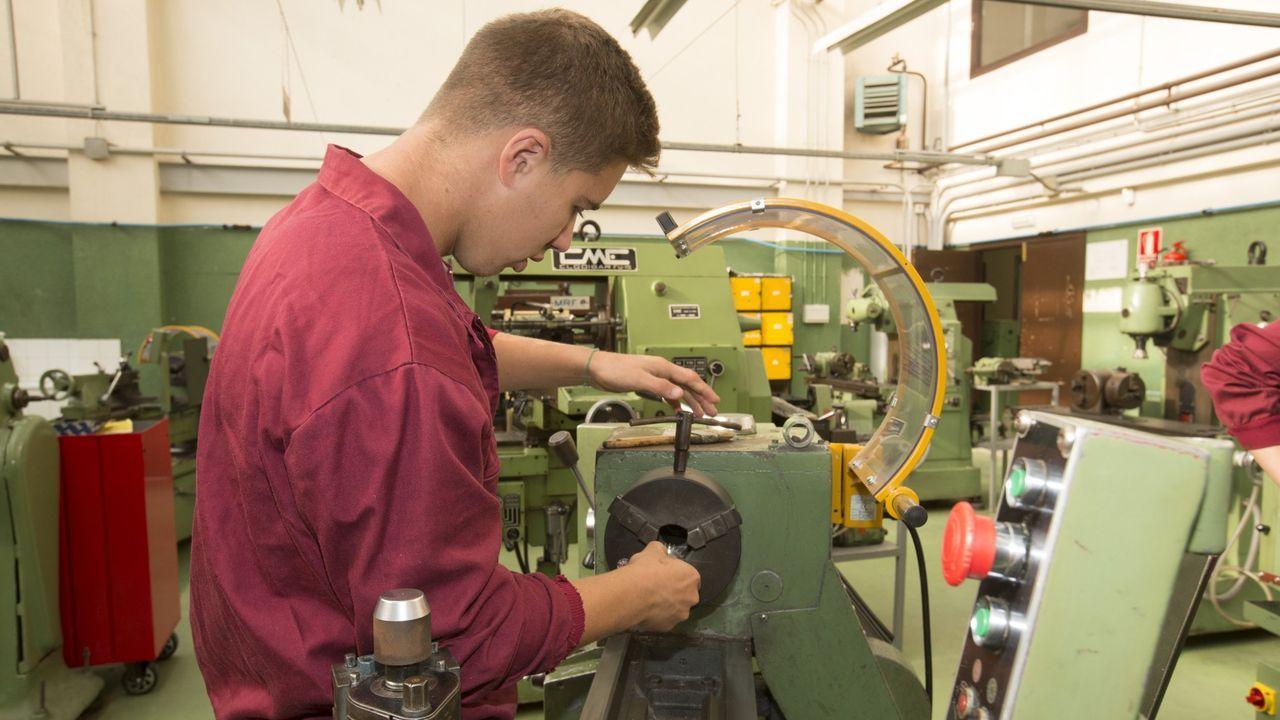 trabajador, trabajadores, construcción, empleados, guantes, martillo.Alumno de FP del instituto Monte Neme