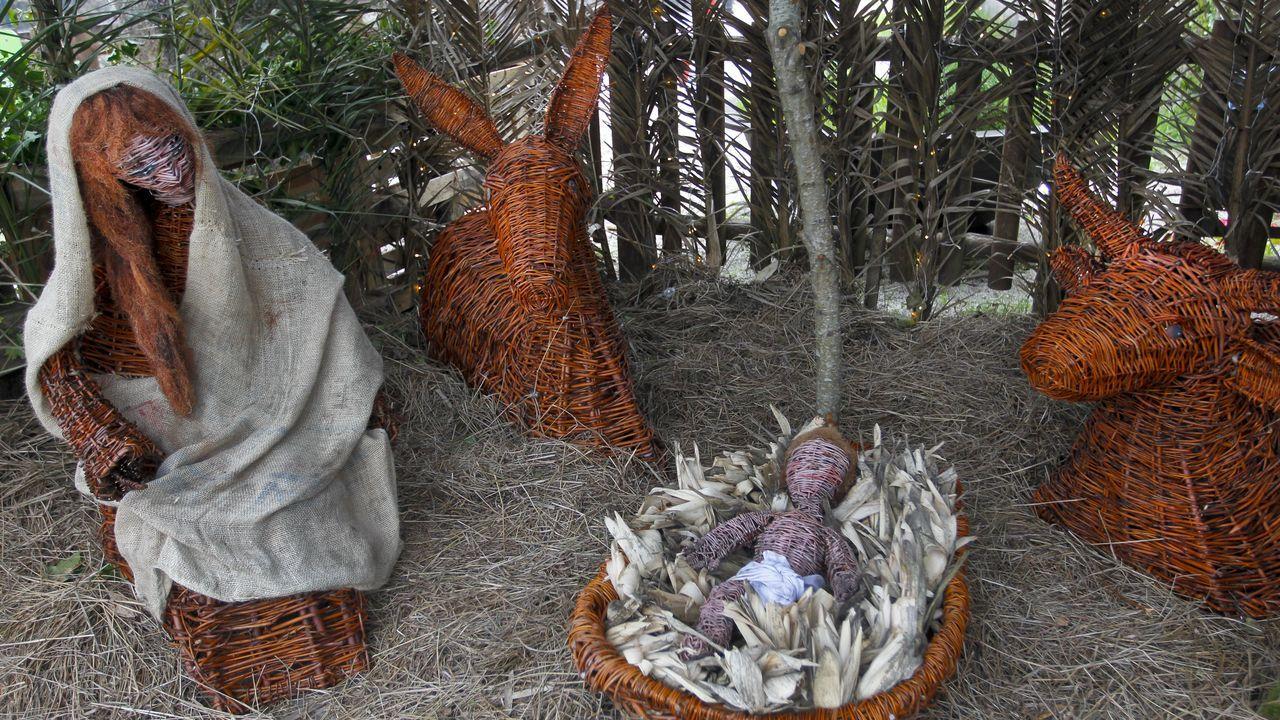 Personajes de cuentos para acompañar a los Reyes Magos en Vigo.El grupo de swing O Sister actuará en Vilalba