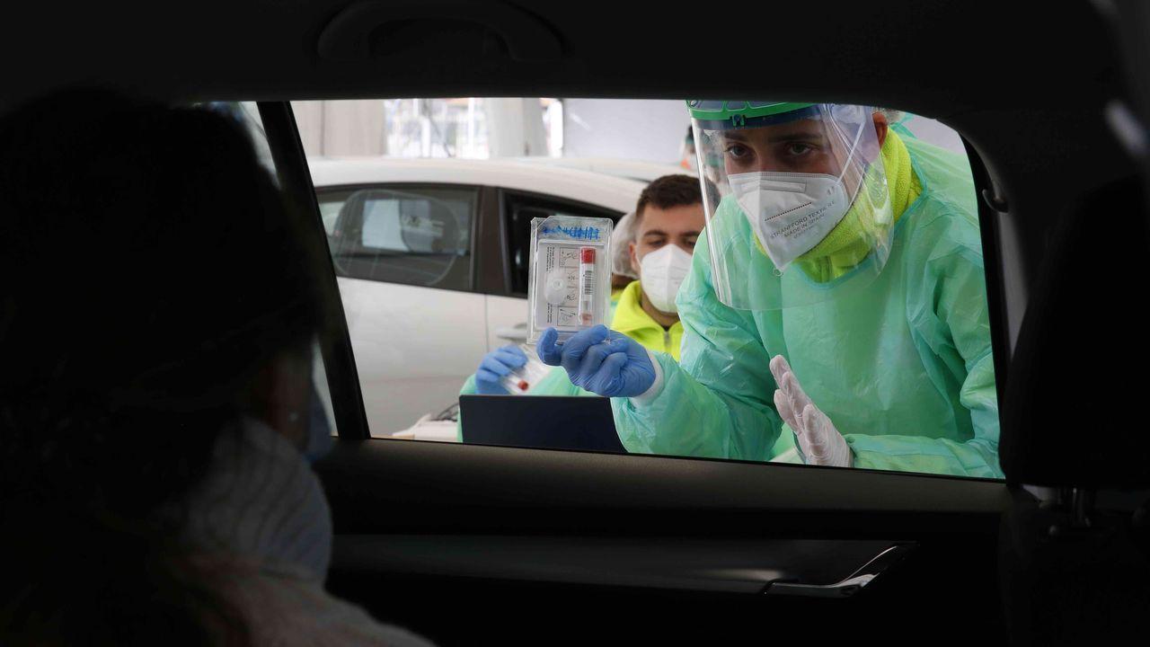 En directo   El conselleiro de Sanidade explica los cambios en las restricciones en Galicia.Las terrazas estaban a reventar en la primera jornada de vuelta al trabajo en la hostelería