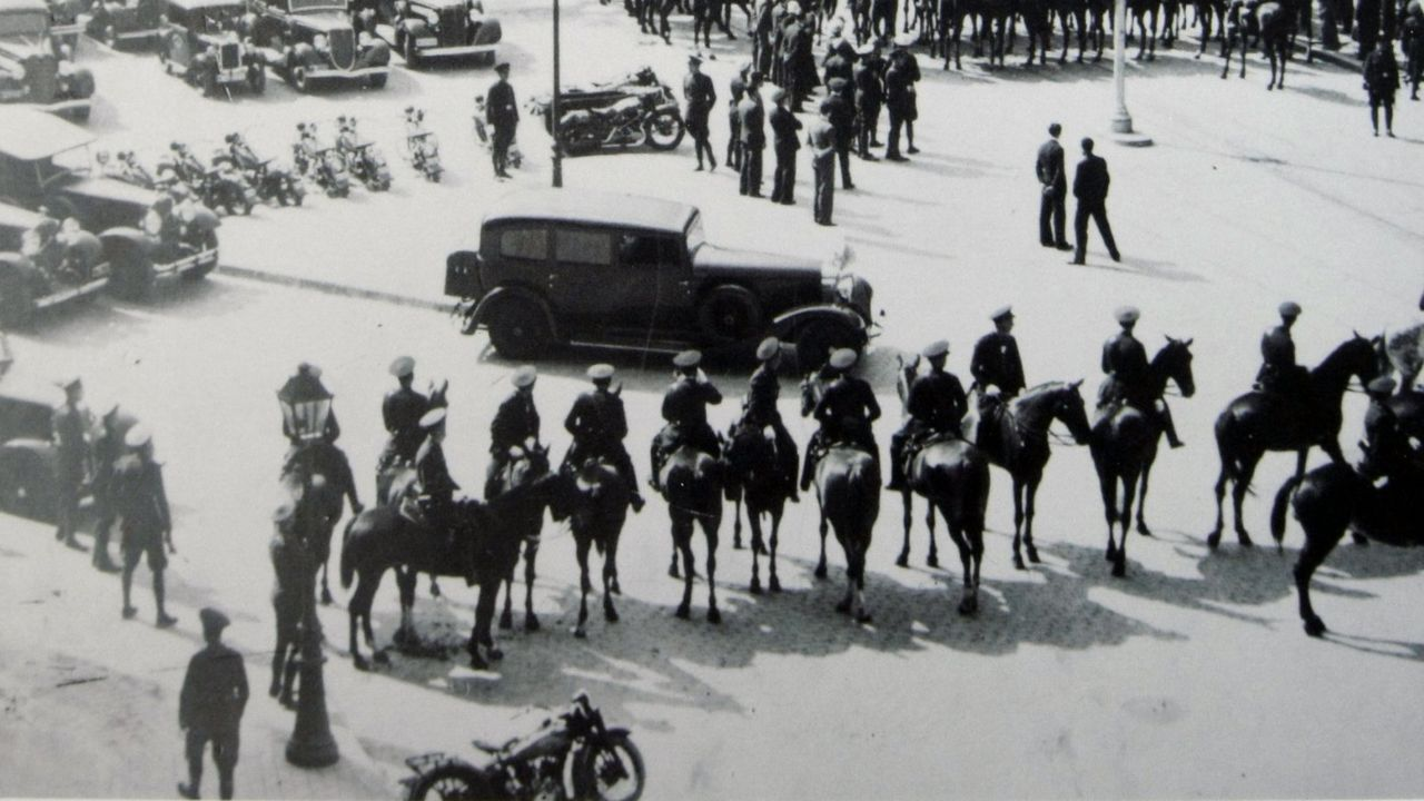 Madrid, marzo de 1931. La caballería, frente a una manifestación de obreros y estudiantes