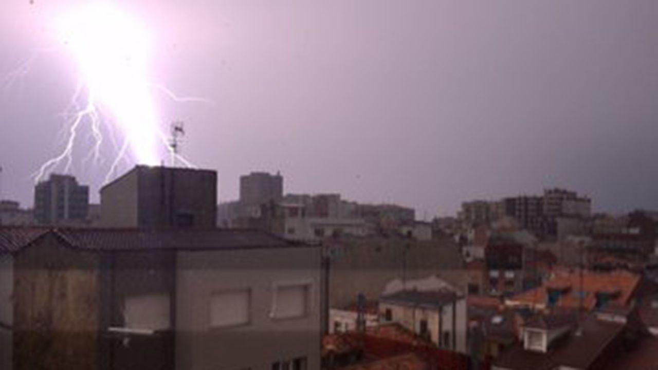 trabajador, trabajadores, construcción, empleados, guantes, martillo.Tormenta eléctrica en Gijón