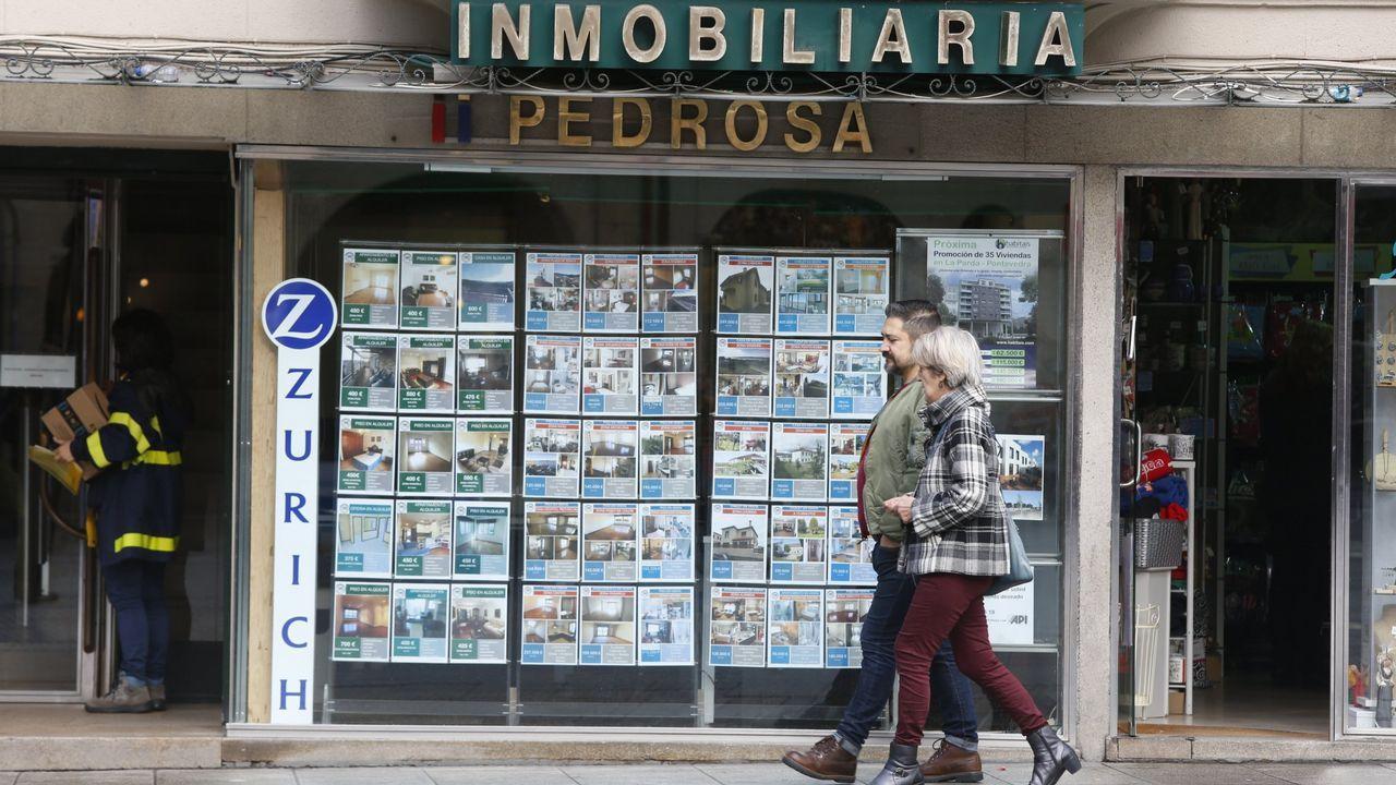 Entra en vigor el nuevo decreto de alquiler.Una mujer vota en unas elecciones