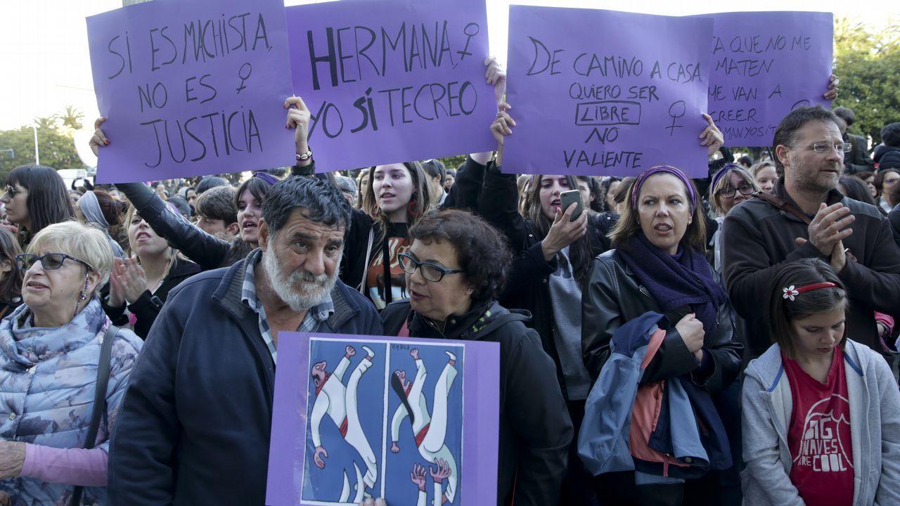 Carteles de protesta en el Obelisco, en A Coruña