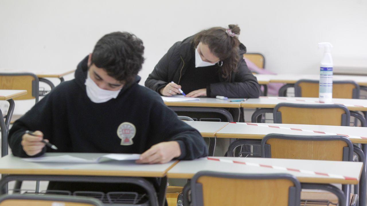 En la imagen, alumnos de la Escuela de Enfermería y Podología  en un examen celebrado ayer