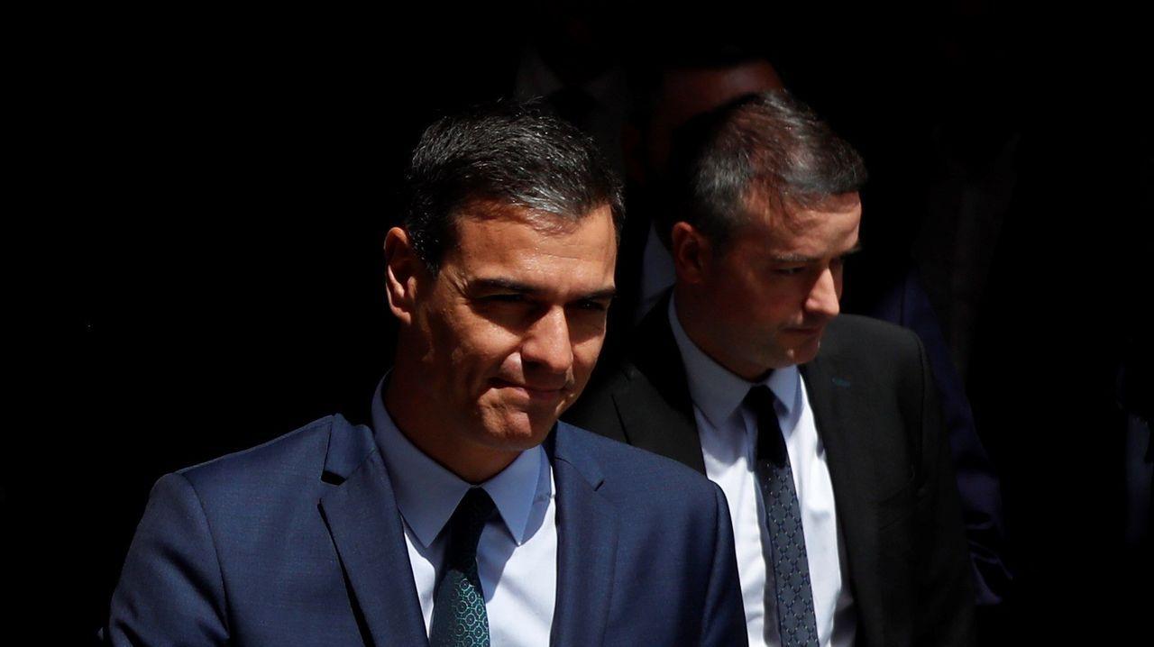 Pedro Sánchez y su jefe de gabinete, Iván Redondo, salen del Congreso tras la fallida votación