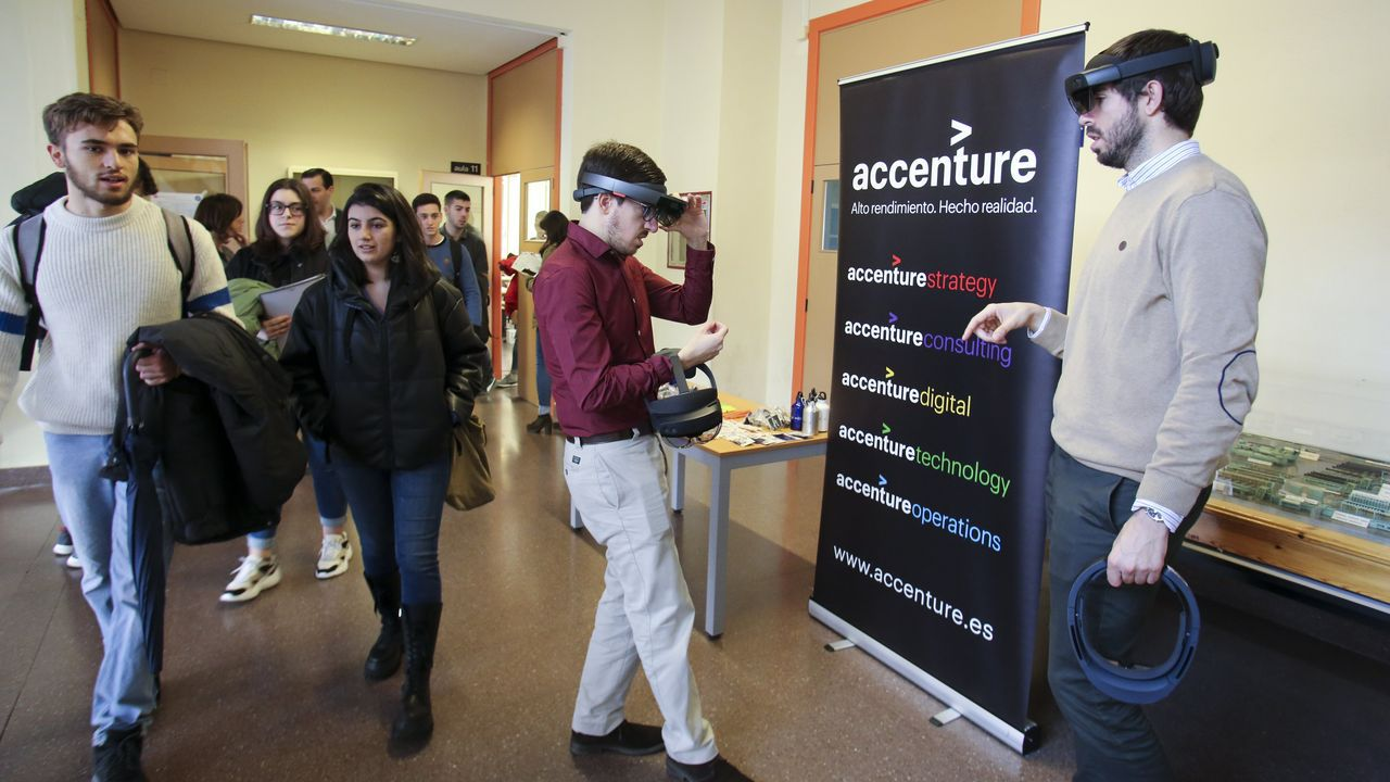 En la I Xornada de Enxeñería Universidade-Empresa celebrada ayer en la EPS, la firma Accenture ofreció una demostración con gafas de realidad virtual