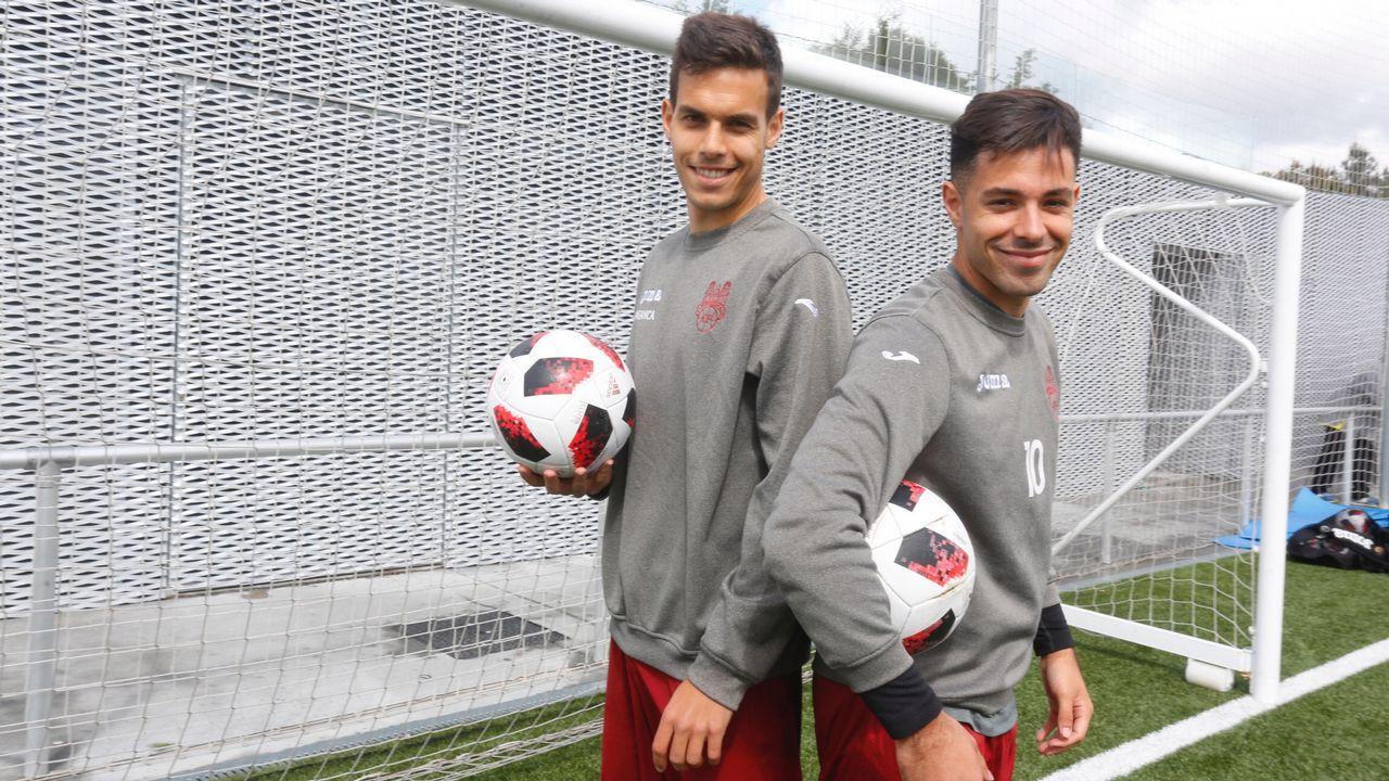 Pacheta Real Oviedo Elche.Lolo protege el balón ante Ibáñez en un Osasuna-Extremadura