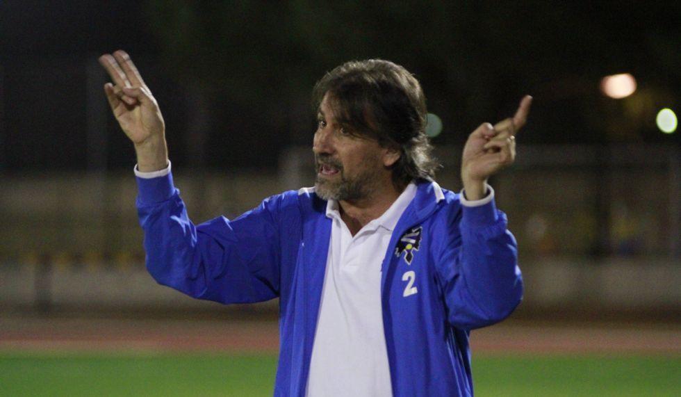 Guillermo Alcázar, el técnico, dando instrucciones en la banda.