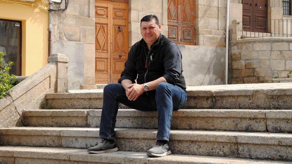 Héctor Corujo, fronte á igrexa de Hospital