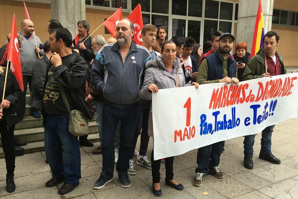 <span lang= es-es >MARCHAS DA DIGNIDADE</span>. Miembros de este colectivo se concentraron en la plaza del Concello ribeirense en protesta por la precariedad laboral y por las desigualdades sociales.