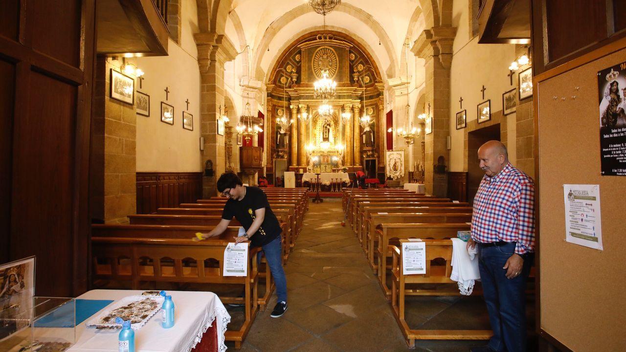 A la derecha Antonio de los ojos presidente de la cofradía del Carmen preparando la iglesia para oficiar la misa después del cierre por el estado de alarma