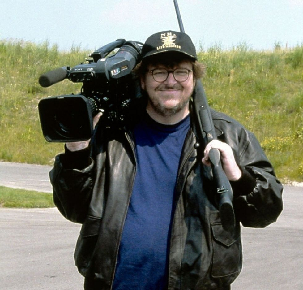 Moore, durante el rodaje de su documental «Bowling for Columbine».