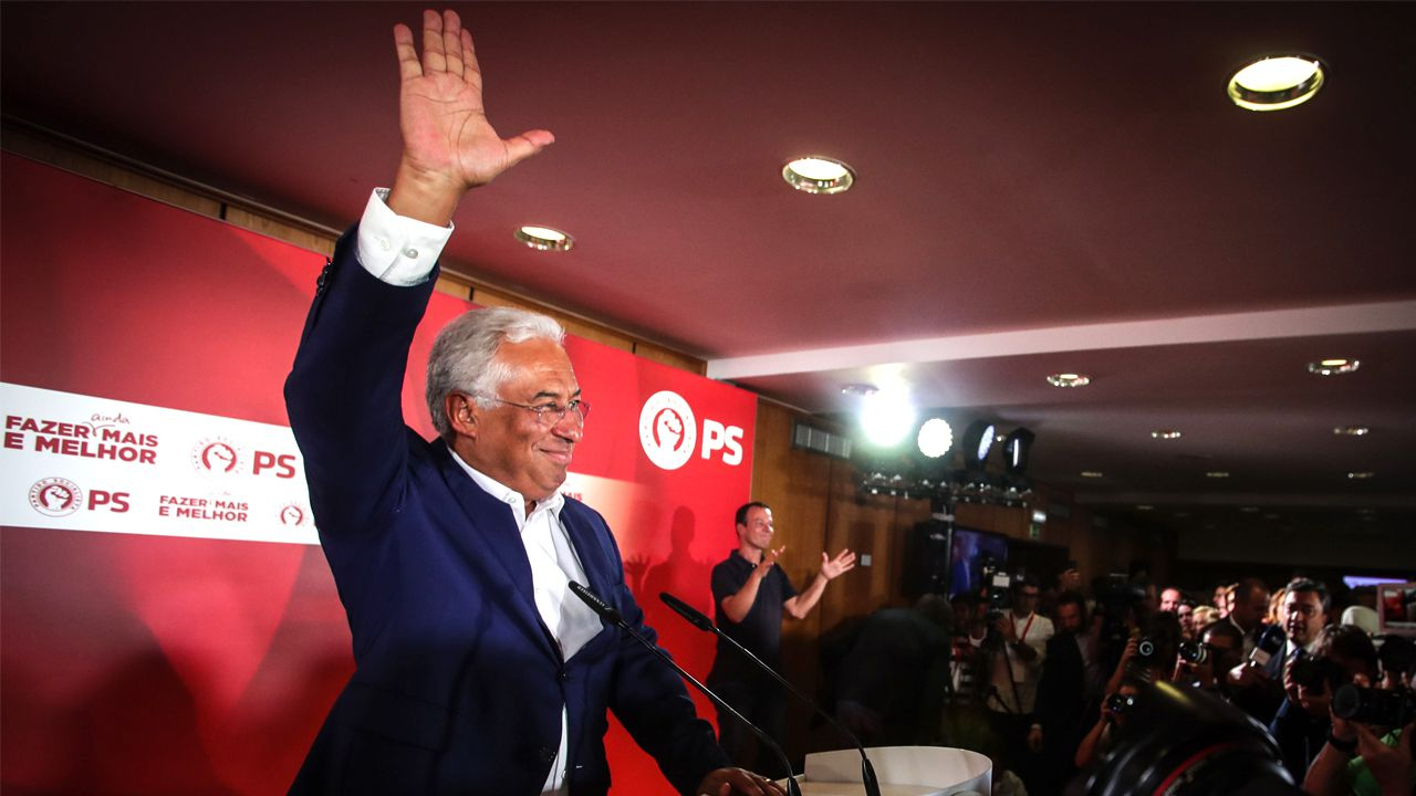 Costa se dirige a sus seguidores en el cuartel general socialista en Lisboa, tras conocerse su triunfo