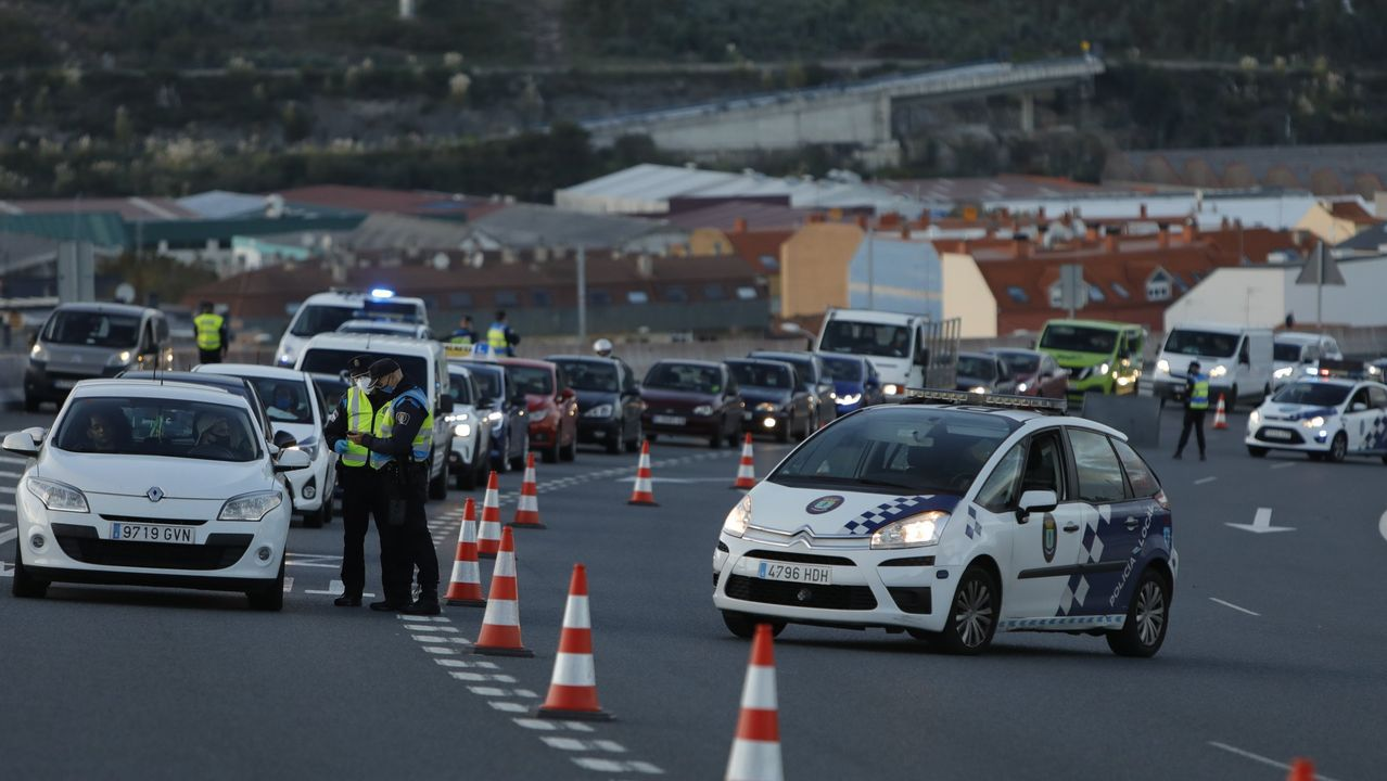 agredido.Imagen de archivo de un control de movilidad en A Coruña, que se pueden repetir hasta que se levanten las restricciones