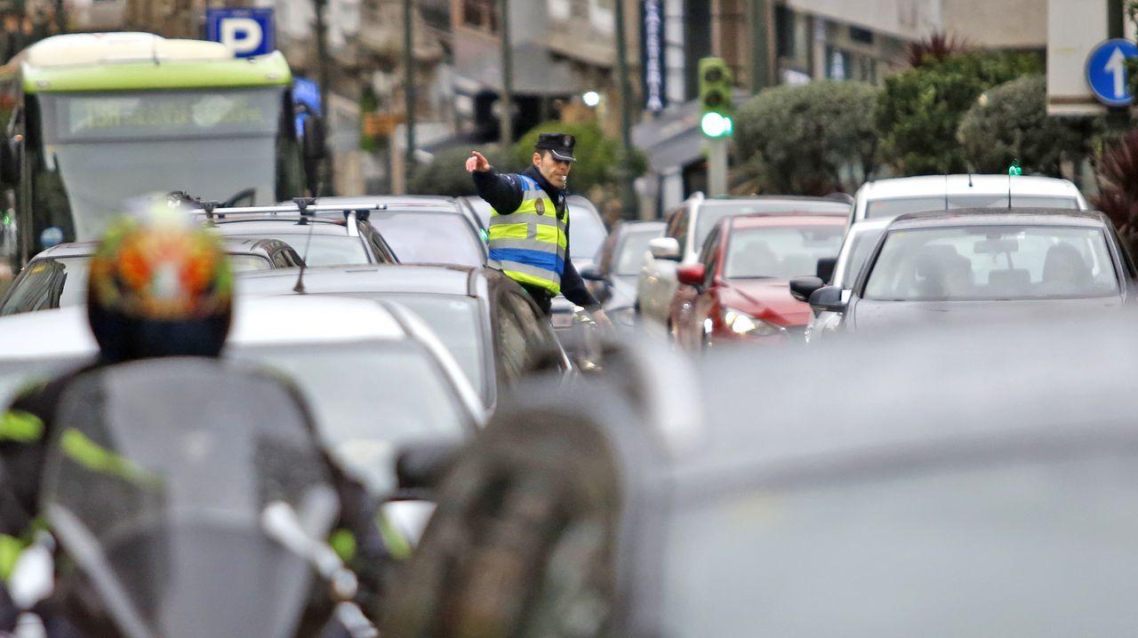 La policía local dirige el tráfico en el cruce de Gran Vía con Urzáiz a golpe de silbato.Atasco en Oviedo