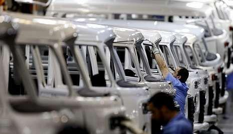 Los ingenieros industriales evalúan y mejoran los procesos de producción.
