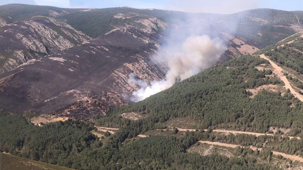 El incendio de A Gudiña, desde el aire.La actual estación de tren de A Gudiña